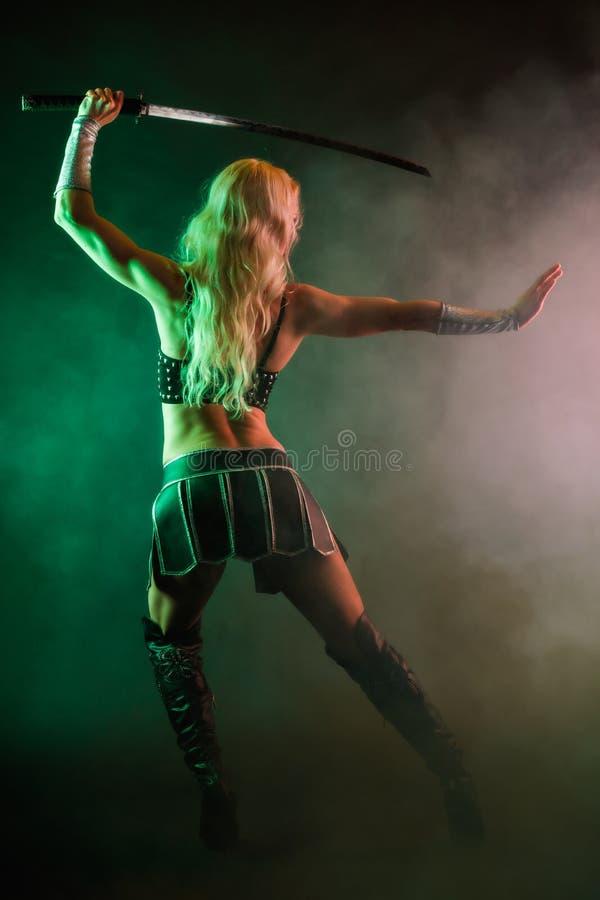 Vrouw en zwaard stock foto
