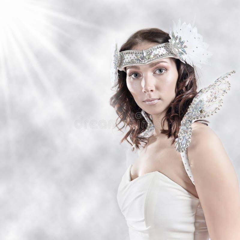 Vrouw in engelenkostuum royalty-vrije stock afbeeldingen