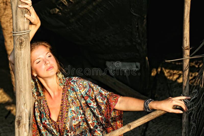 Vrouw in etnische kleding stock afbeeldingen