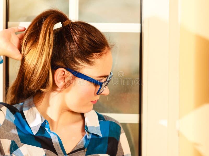 Vrouw in eyewear Meisje met blauwe oogglazen stock fotografie