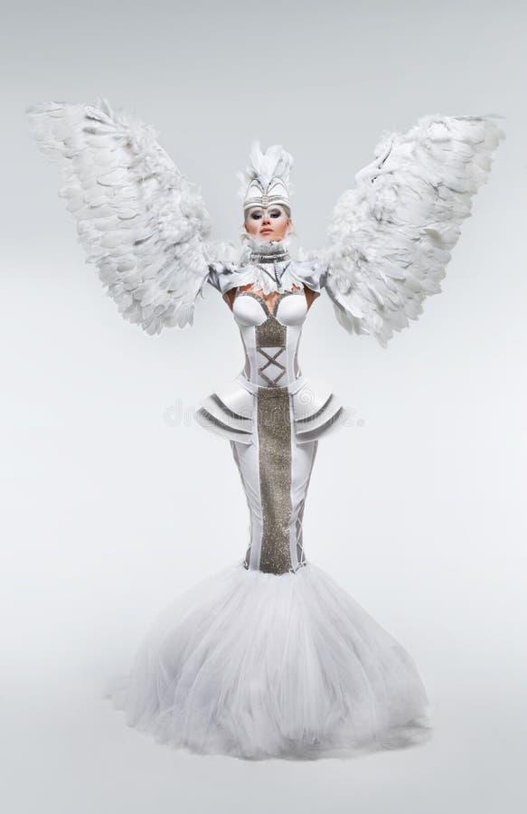 Vrouw in fantasiekostuum met veerkokers royalty-vrije stock afbeeldingen