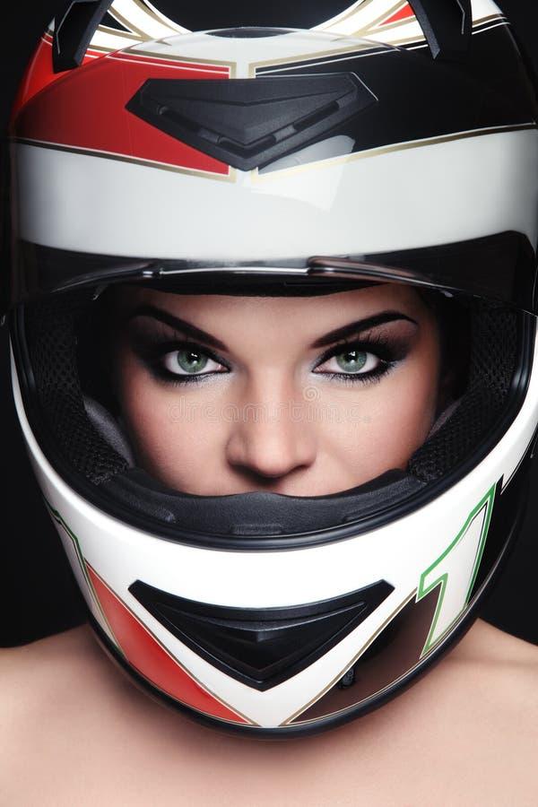 Vrouw in fietserhelm royalty-vrije stock fotografie