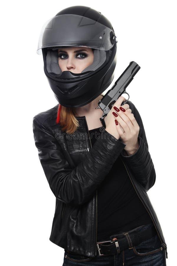 Vrouw in fietserhelm met kanon stock foto