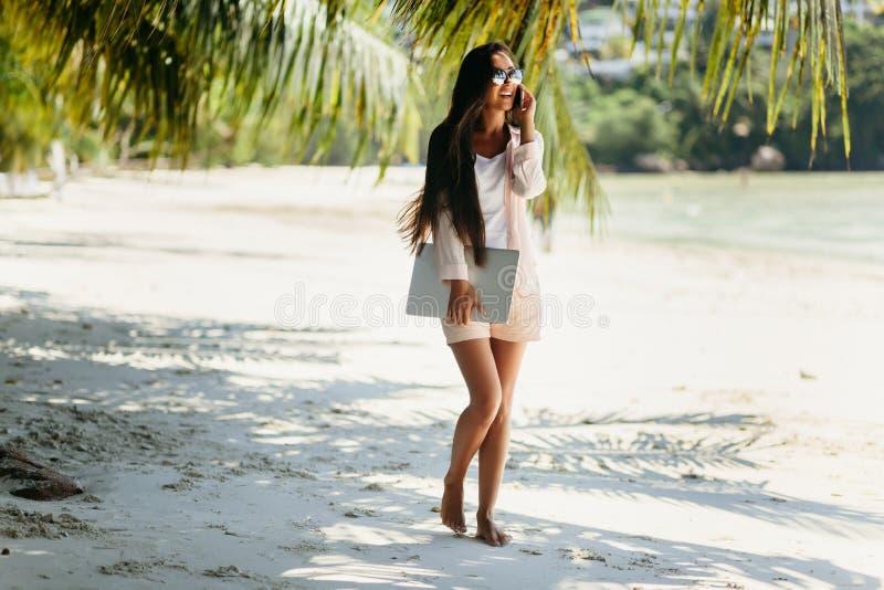 Vrouw freelancer op het strand royalty-vrije stock foto