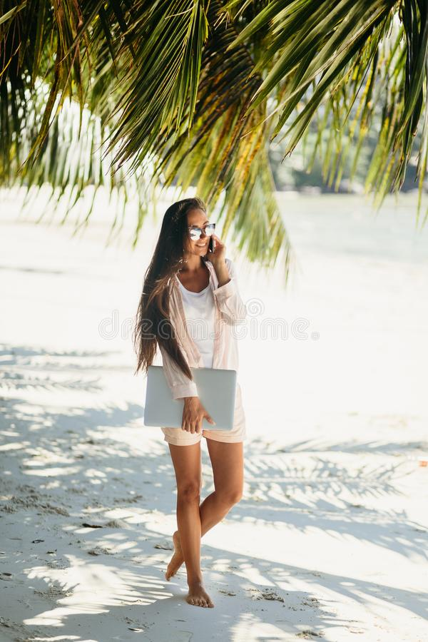 Vrouw freelancer op het strand stock foto