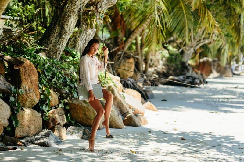 Vrouw freelancer op het strand royalty-vrije stock foto's