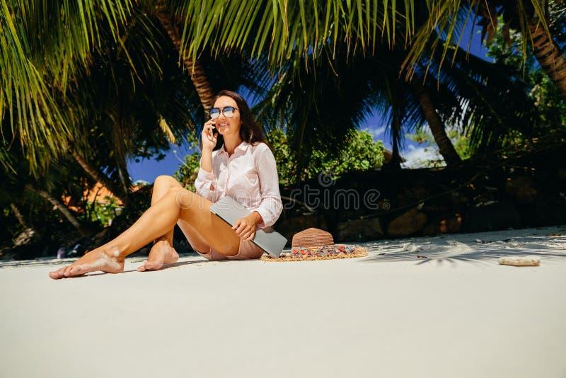 Vrouw freelancer op het strand royalty-vrije stock afbeelding