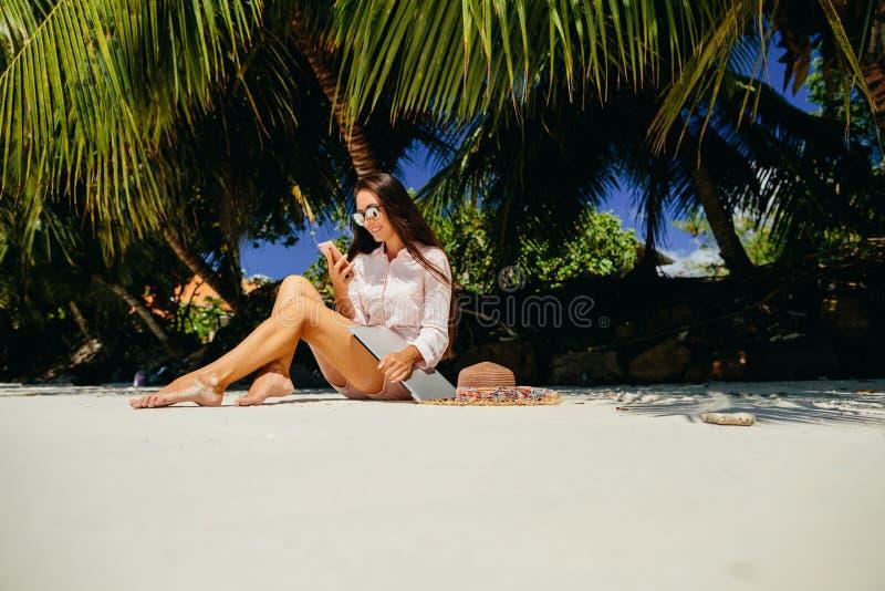 Vrouw freelancer op het strand royalty-vrije stock fotografie