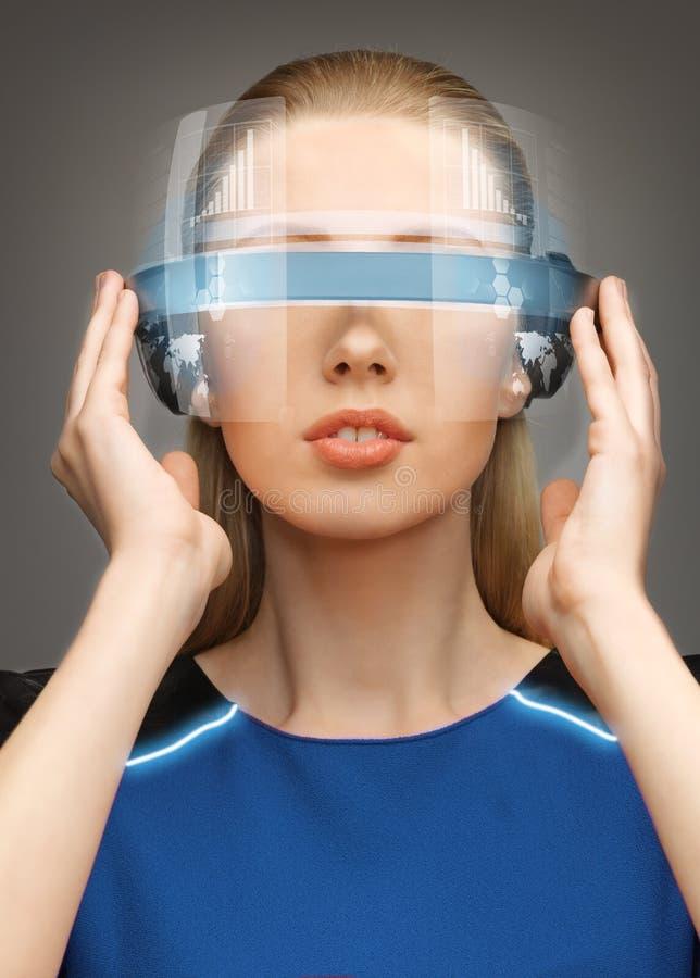 Vrouw in futuristische glazen royalty-vrije stock foto's