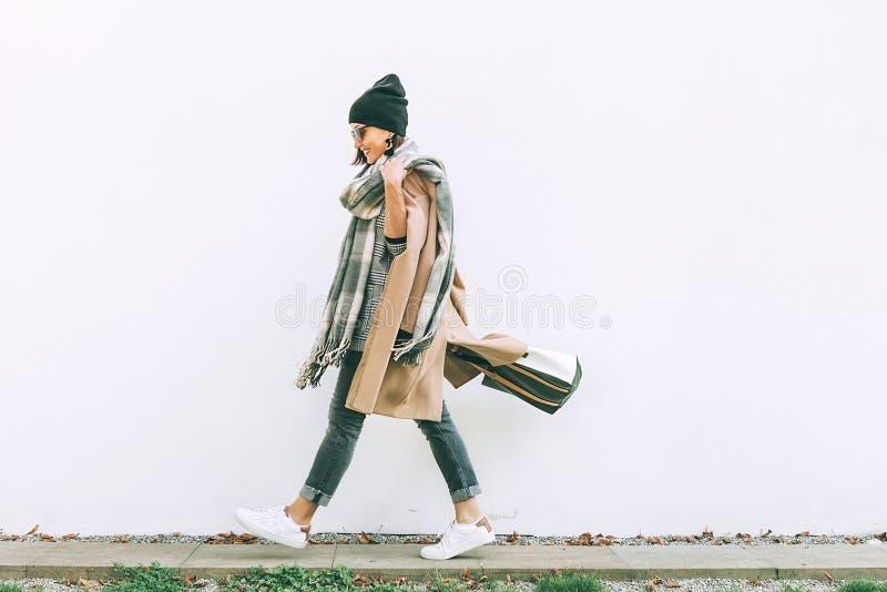 Vrouw in gangen van de tendens multilayered uitrusting in de straat van de de herfststad royalty-vrije stock foto