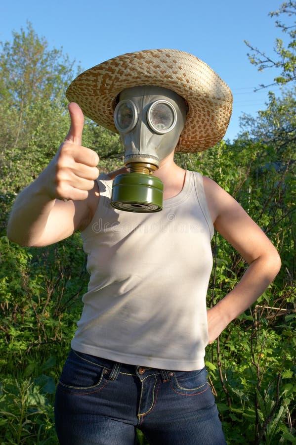 Vrouw in gas-masker op het tuinwerk stock foto