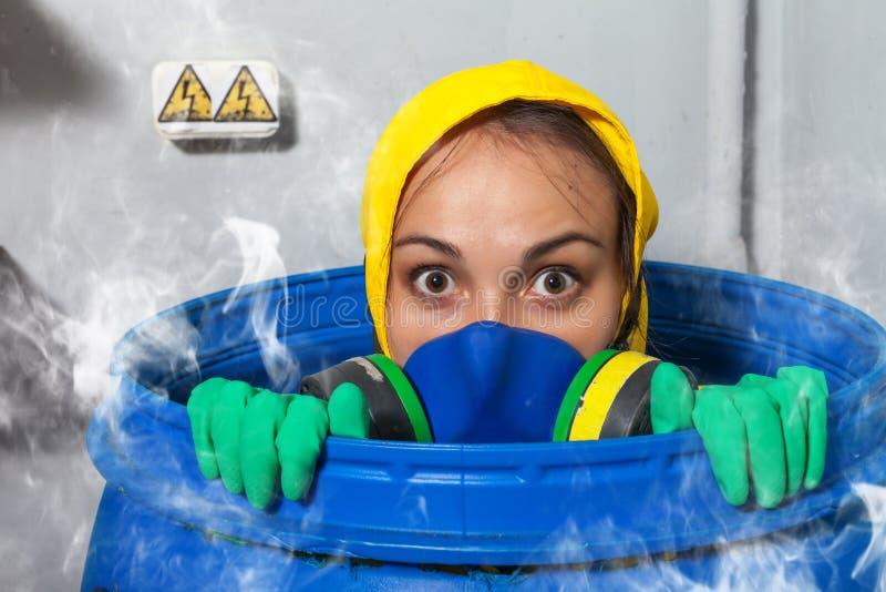 Vrouw in gasmasker stock afbeeldingen