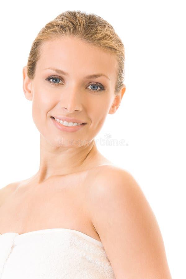 Vrouw in geïsoleerdee handdoekbadstof, royalty-vrije stock afbeelding