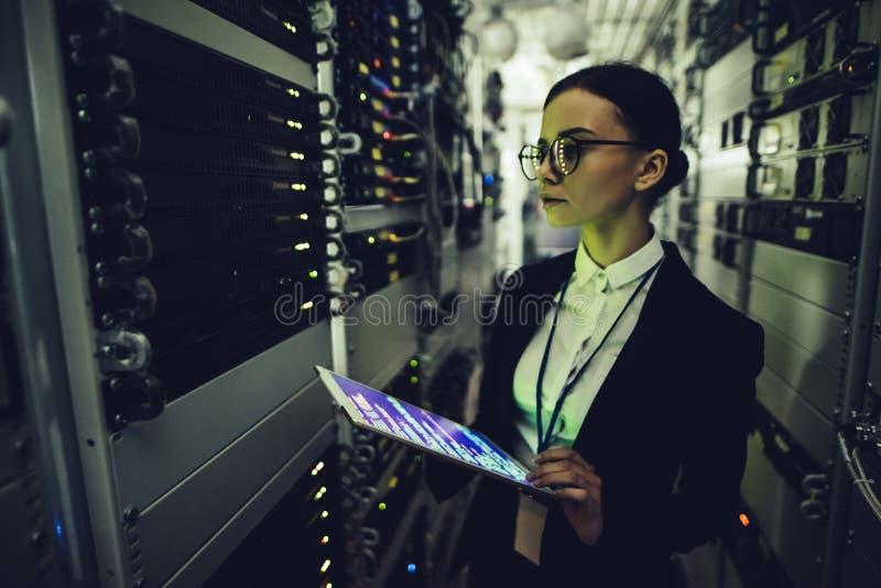 Vrouw in gegevenscentrum royalty-vrije stock fotografie