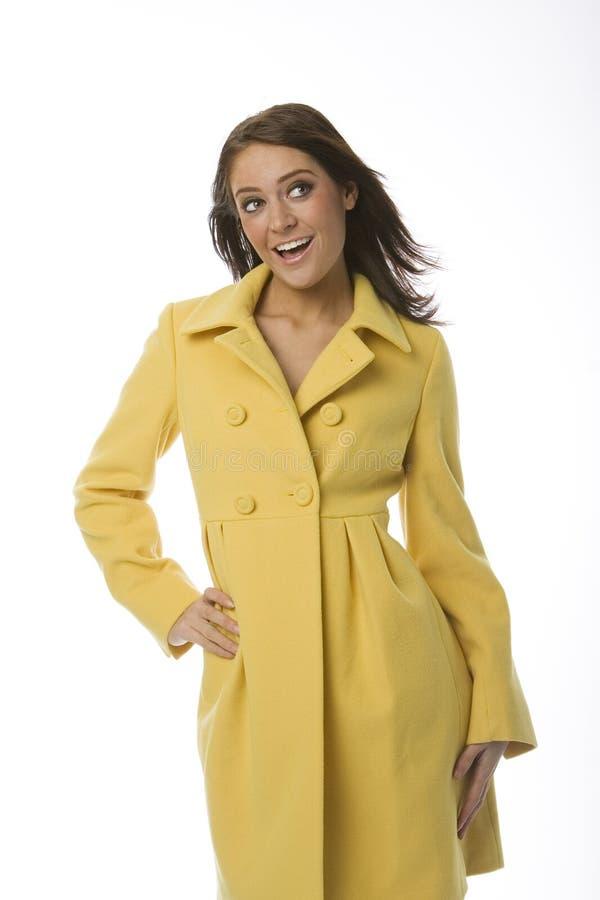 Vrouw in Gele Laag stock afbeeldingen