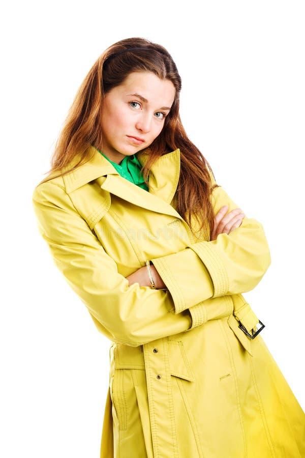 Vrouw in gele regenjas royalty-vrije stock fotografie