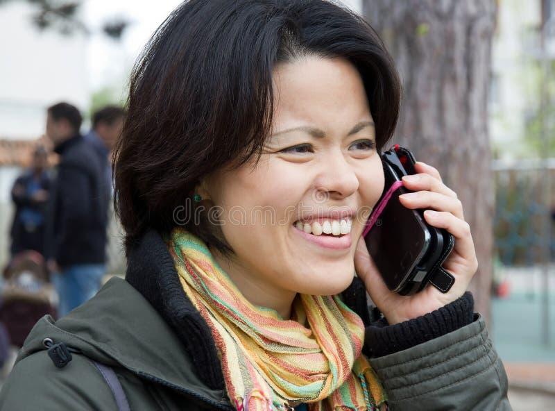 Vrouw gelukkig en dynamisch op de telefoon stock fotografie