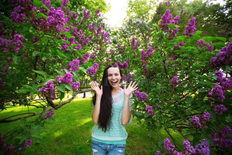 Vrouw gelukkig in het park stock afbeelding