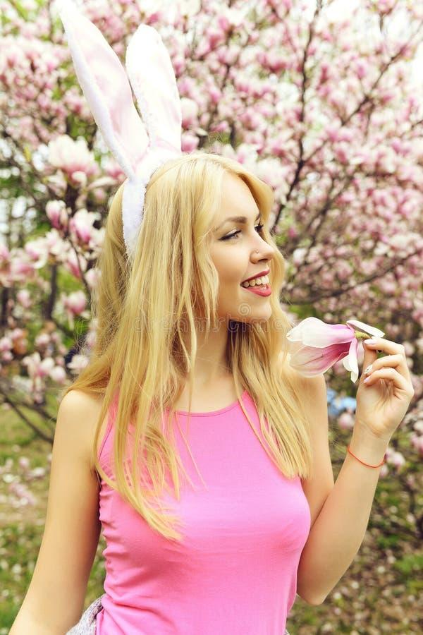 Vrouw gelukkig met magnoliabloem stock afbeeldingen