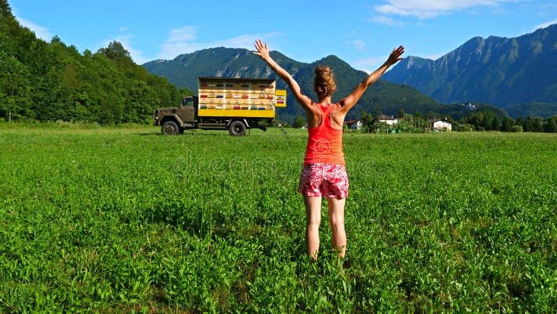 Vrouw gelukkig in Slovenië stock afbeelding