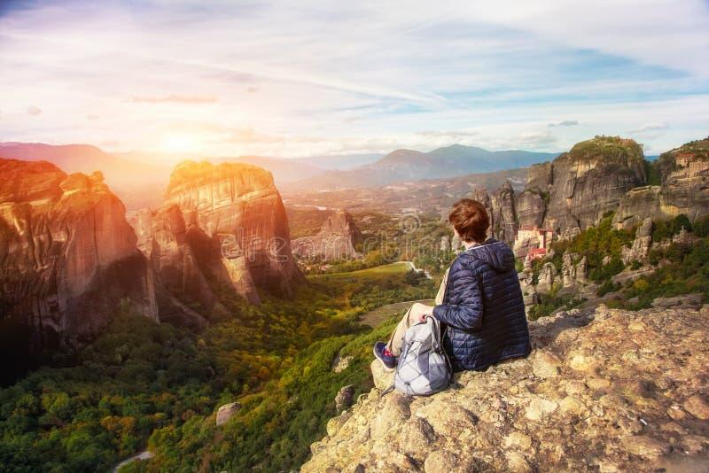 Vrouw geniet van zonsopgang op berg stock afbeelding