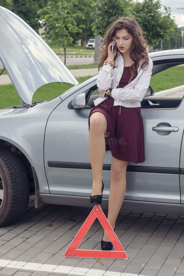 Vrouw geopende kap van de auto royalty-vrije stock foto's