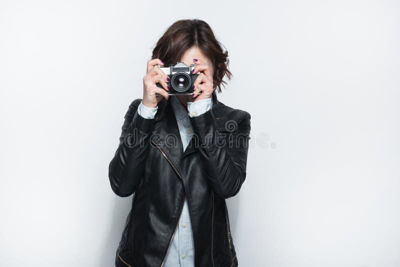 Vrouw gesloten gezicht met de camera stock foto