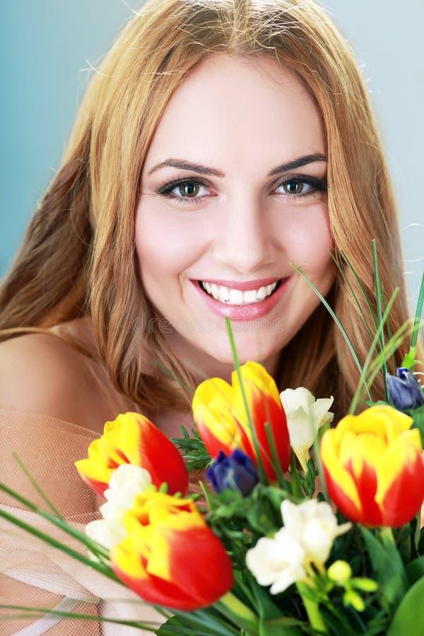 Vrouw geworden bloemen stock afbeeldingen