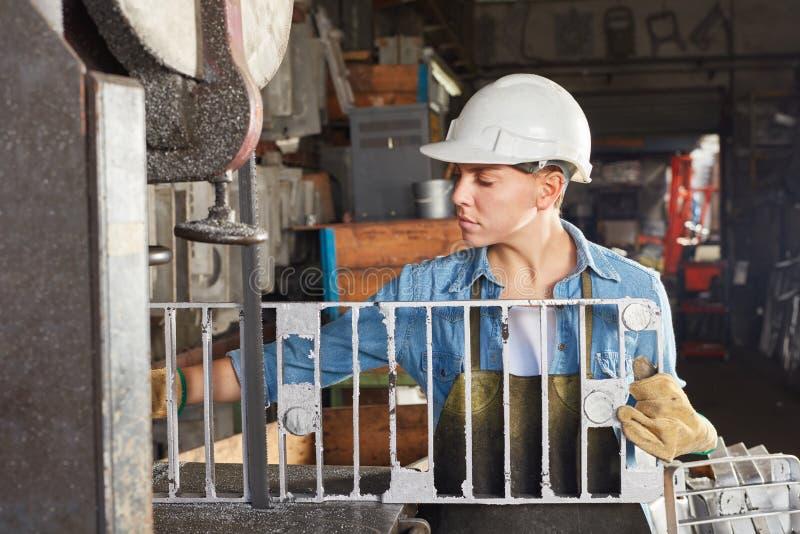 Vrouw in gieterij als arbeider royalty-vrije stock afbeeldingen
