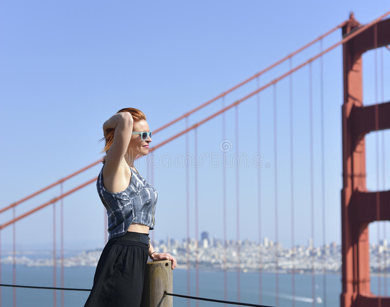 Vrouw in Golden gate bridge stock foto's