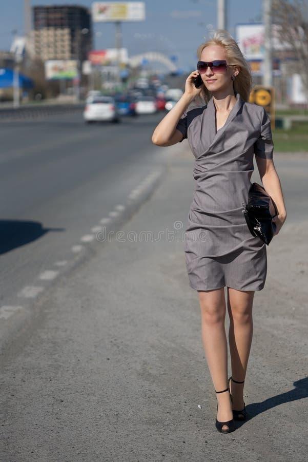 Vrouw in grijze kleding in openlucht stock afbeelding