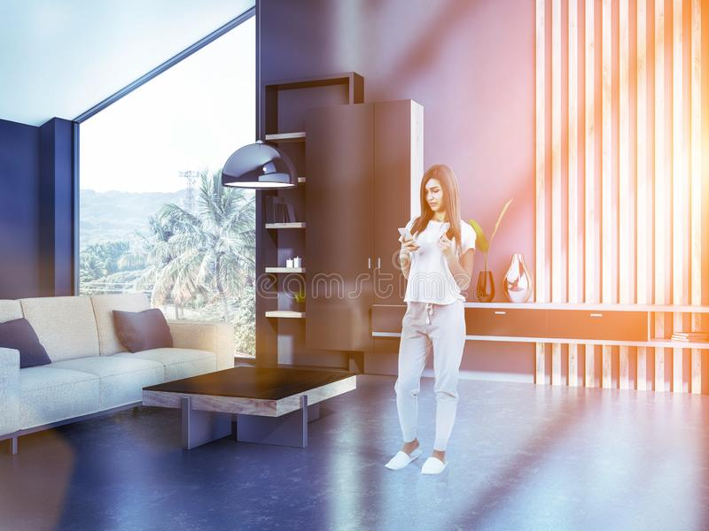 Vrouw in grijze woonkamer binnenlandse, beige bank royalty-vrije stock foto