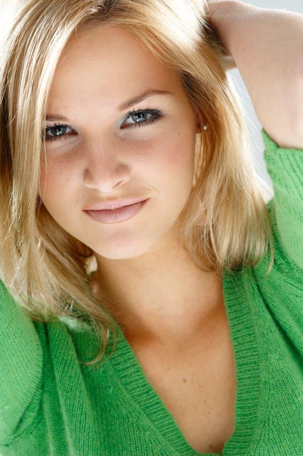 Vrouw in groen stock afbeelding