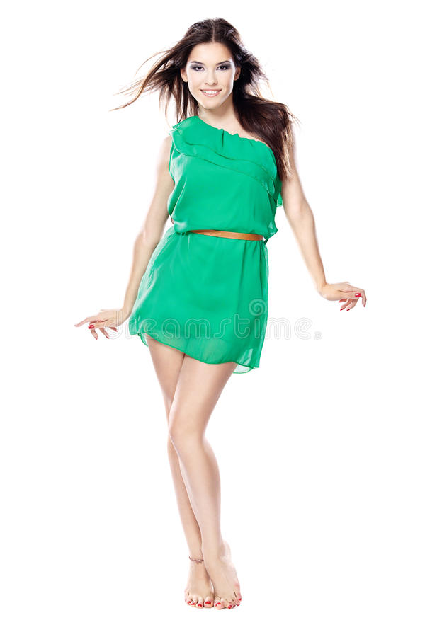 Vrouw in groene kleding blootvoets stock foto