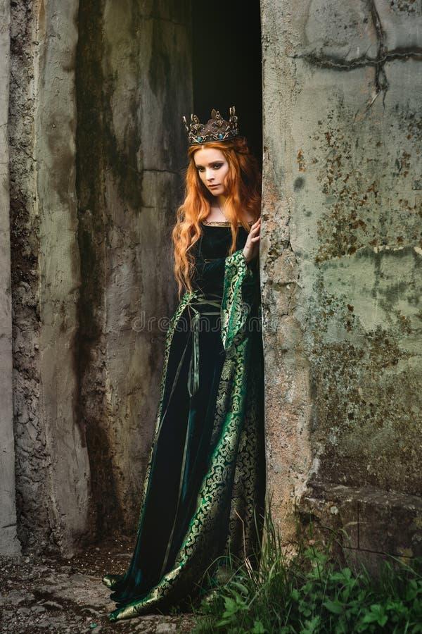 Vrouw in groene middeleeuwse kleding royalty-vrije stock afbeeldingen