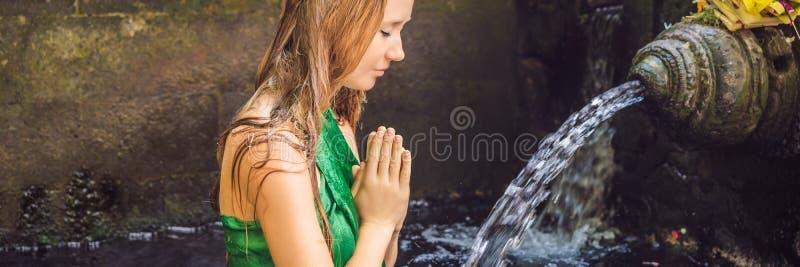 Vrouw in heilige bronwatertempel in Bali De tempelsamenstelling bestaat uit een petirtaan of het baden structuur, beroemd voor royalty-vrije stock foto