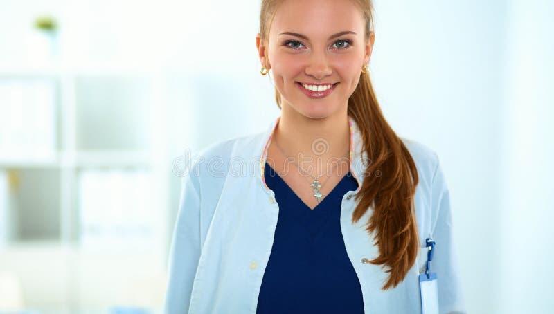 Download Vrouw Het Artsen Standingat Ziekenhuis Stock Afbeelding - Afbeelding bestaande uit smiling, schot: 107704337