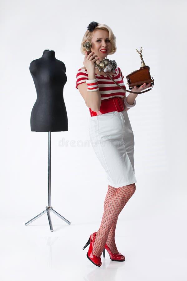 Vrouw In Het Atelier Van De Kleermaker Royalty-vrije Stock Foto