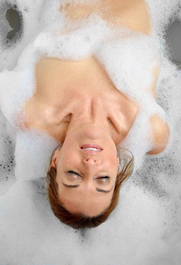 Download Vrouw Het Baden Met Heel Wat Schuim Stock Afbeelding - Afbeelding bestaande uit sexy, ontspannen: 39104469