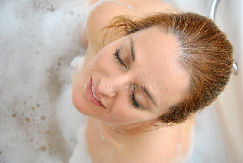 Download Vrouw Het Baden Met Heel Wat Schuim I Stock Afbeelding - Afbeelding bestaande uit wellness, wijnoogst: 39104761