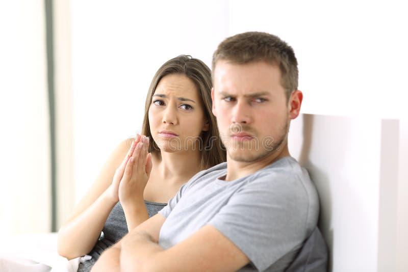 Vrouw het bedelen en boze echtgenoot stock fotografie