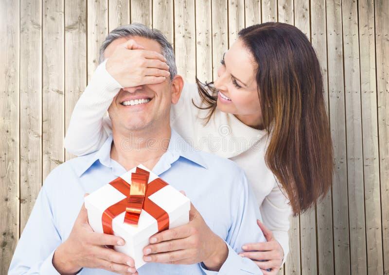 Vrouw het behandelen bemant ogen terwijl het gifting stock afbeeldingen