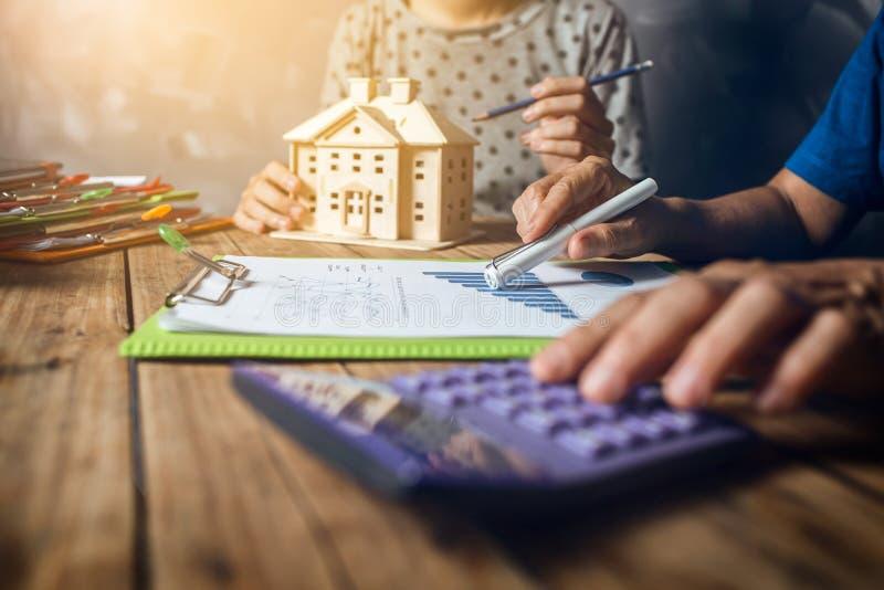 Vrouw het berekenen de huisbelasting financieel voor koopt een nieuwe huisbegroting stock afbeelding