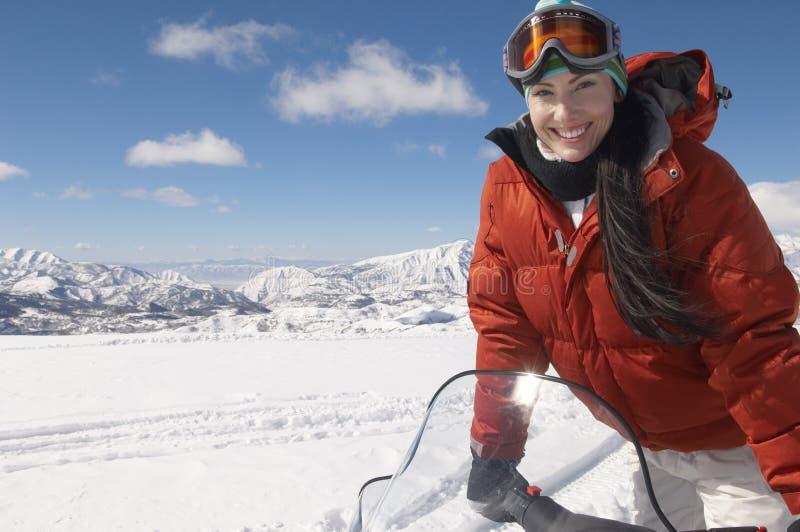 Vrouw het Berijden Sneeuwscooter stock fotografie