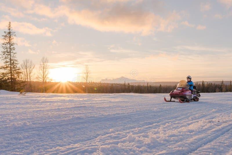 Vrouw het Berijden Sneeuwscooter stock foto's