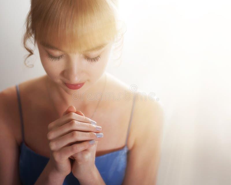 Vrouw het bidden royalty-vrije stock afbeeldingen