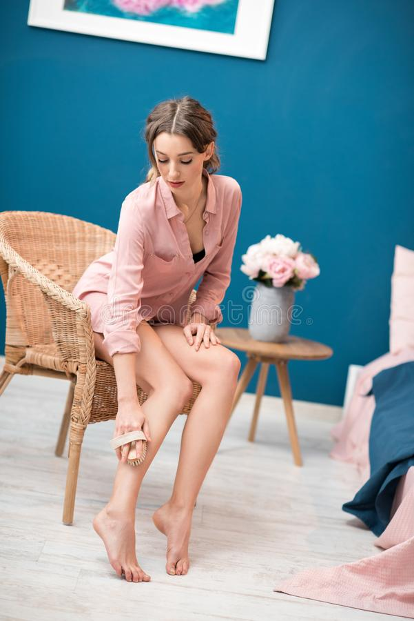 Vrouw het borstelen benen thuis royalty-vrije stock afbeeldingen