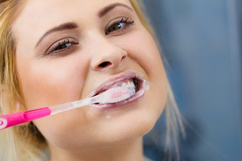 Vrouw het borstelen schoonmakende tanden royalty-vrije stock afbeelding