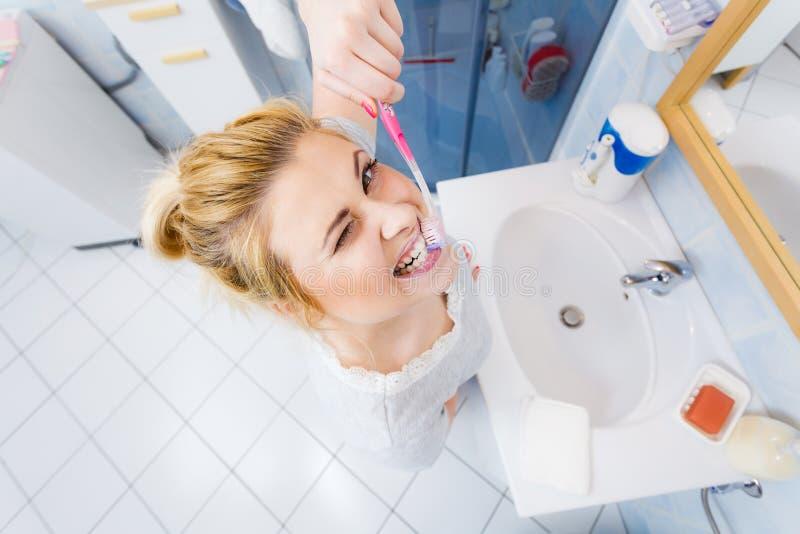 Vrouw het borstelen schoonmakende tanden in badkamers royalty-vrije stock foto's