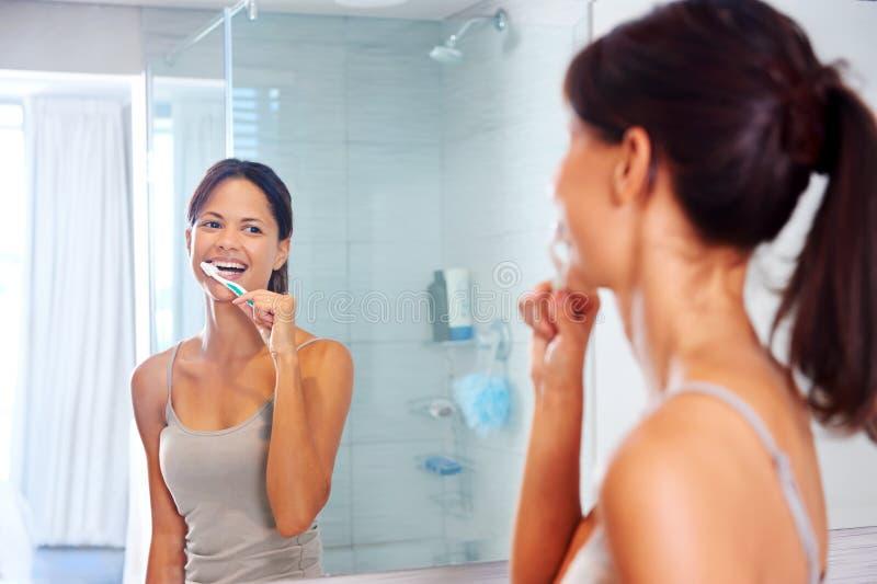 Vrouw het borstelen tanden stock afbeelding